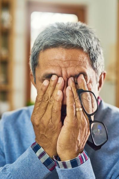 verzweifelung mann sucht psychologische onlinehilfe